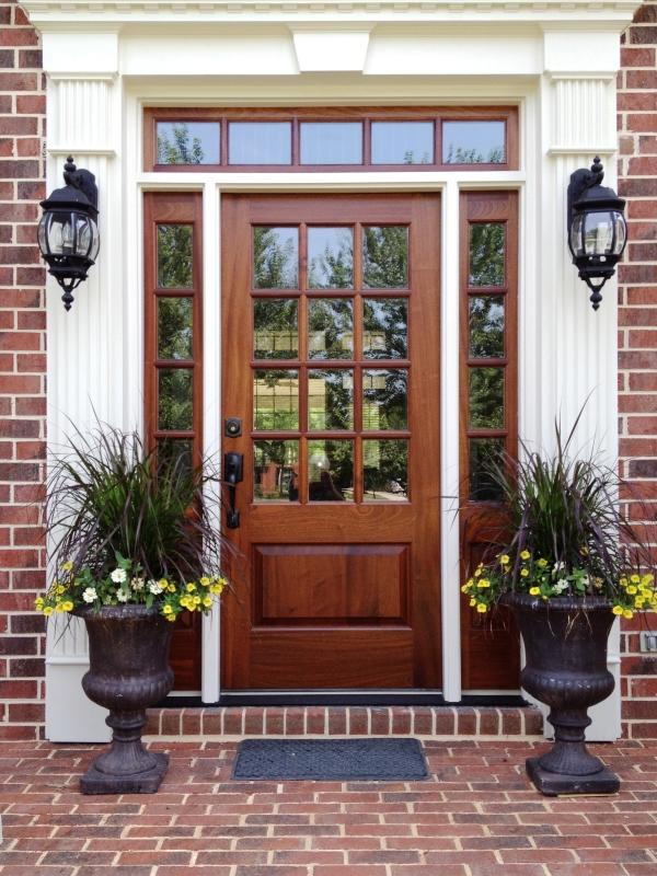входные двери с окнами по бокам фото фото